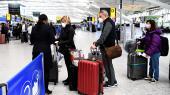 Lufthavnsmedarbejderen i London havde talt med »Danmark«, og mens både svenskere og nordmænd fik lov at komme på flyet, stod Natalie Barrington Rosendahl tilbage og kunne kun bevise sin danske tilknytning med et sygesikringskort. Det var ikke nok, fik hun at vide, mens gaten var ved at lukke.