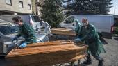 Bergarno i Norditalien er særligt hårdt ramt af coronavirus. Her er sundhedsmyndighederne ved attransportere nogle af de flere hundrede døde væk fra den lokale gymnastiksal, der er inddraget.