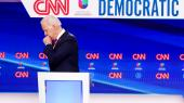 'Jeg er imponeret over, hvor hurtigt coronaetikken er blevet til en kropslig refleks: Man bliver spontant forfærdet, når man ser præsidentkandidat Joe Biden holde hånden op for munden, når han hoster. Helt normalt for en uge siden – nu farlig og hensynsløs adfærd. »ALBUEN, Joe! ALBUEN,« råber man derhjemme,' skriver chefredaktør Rune Lykkeberg i sin klumme.