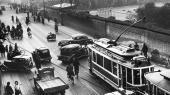 Sølvgade i Københavnblev på besættelsens første dag d. 9. aprilspærret med tilfældige biler, for at det tyske militær kunne kontrollere den indgående trafik.