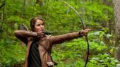 Katniss Everdeen fra Hunger Games-serien harsom en af meget få mennesker i det postapokalyptiske, dystopiske fremtidssamfund Panem gennem hele sin barndom bevaret kontakten til den vilde natur.