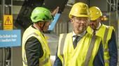 Kronprins Frederik, Ørsted-direktør Henrik Poulsen (th.) og klimaminister Dan Jørgensen (S) (tv.) var i spidsen, da Asnæsværket i sidste uge efter ombygning blev genåbnet som kraftvarmeværk, der nu uden fossile brændsler kan producere el og varme. Men »sagen er desværre, at biomasse ikke udelukkende er en grøn energikilde«, konstaterer chefredaktør Rune Lykkeberg i denne leder.