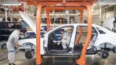 Arbejdere i gang med en samle at Volkswagen i Changchun i Kina. De traditionelle bilproducenter – med Volkswagen i spidsen – topper listen over verdens mest forgældede selskaber og har klaret sig markant dårligere end det øvrige aktiemarked gennem flere år.