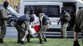 En af ofrene, Information har været i kontakt med, fortæller, hvordan det hviderussiske uropoliti, OMON, førte dem hen til en bus, mens de fortalte, at de snart ville opleve helvede.