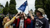 Organiserede protester mod coronanedlukningen i Melbourne samler ikke mange – måske fordi politiet har advaret om, at demonstranter risikerer bødestraf, hvilket mange også har fået. Her har en demonstrant fået peberspray i øjnene.