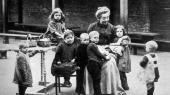 I begyndelsen af 1900-tallet var årsagen til myndighedernes indgriben ofte den, at børnene gik for lud og koldt vand – gadebørn, der blev taget for rapserier og var i akut fare for at indlede en kriminel løbebane. Efterhånden flyttedes opmærksomheden fra materielle forhold i hjemmet til følelsesmæssige omsorgsproblemer. Her et børnehjem i 1900.
