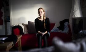 Den 29-årige mor til to Sascha Nyhus har fået frataget en række sociale ydelser, fordi Holbæk Kommunes kontrolgruppe ikke tror på, at hun reelt er enlig.