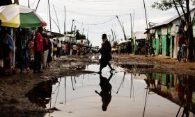I flygtningelejren i Kakuma i Kenya opholder sig over 84.000 mennesker. Der har netop været skybrud, og vandet står højt i gaden, og det kan blive stående et par uger. Oversvømmelser og stillestående vand efter regn frygtes i lejren, fordi det øger risikoen for sygdomme som kolera og diarré