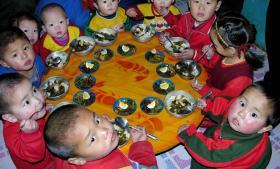 Nordkoreanske børn spiser frokost, som består af ris fra USA. Den nye aftale mellem de to lande indebærer blandt andet, at nordkoreanerne suspenderer deres atomprøvesprængninger og uranberigelse. Til gengæld har USA lovet at sende 240.000 ton fødevarehjælp til det forarmede og isolerede land.
