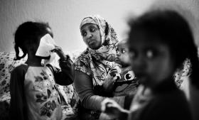Somaliske Laily Abdeli Shired med fire børn blev mistænkt for socialt bedrageri af  Holbæk Kommune bl.a. fordi det efter muslimsk sædvane og en imams udtalelser var usandsynligt, at hun ikke boede med sin mand. Det var en ubegrundet mistanke. sHun er enlig mor.