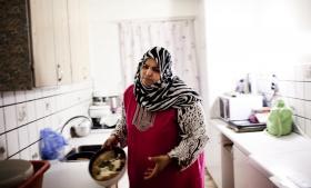 Trods adskillige indsigelser og en fornyet ansøgning har Holbæk Kommune i foreløbig 26 måneder standset udbetaling af ordinært og ekstra børnetilskud og børnebidrag samt omberegnet økonomisk friplads, boligsikring og kontanthjælp til Antkail Al-Ghizzi, der har syv mindreårige børn