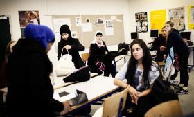 Normalt regnes en ekstra undervisningstime på et klassetrin i et år at koste 60 mio. kr. Men nu har regeringen lagt op til flere timer uden nye penge. Her en 9. klasse på Blågård Skole i København.