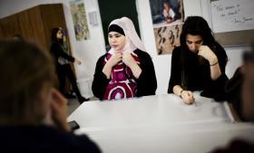 Danske elevers præstationer afhænger i meget høj grad af læreren, og det kan være svært for skolelederen at gå ind i, fordi det kræver, at man har en kultur på arbejdspladsen, hvor man er fælles om undervisningen – og det er der ikke på de danske skoler, mener flere eksperter. Her er det elever i 9. klasse på Blågård Skole på Nørrebro.