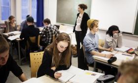 Den negative sociale arv har større indflydelse i Danmark end i mange andre lande. Børn fra bogligt stærkere familier klarer sig ganske enkelt bedre i dansk, sprog og læsning.