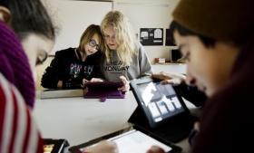 Skal den bebudede reform af folkeskolen blive en succes, skal der følge penge til efteruddannelse af lærerne med, mener ekspert. Her er vi på Utterslev Skole, hvor eleverne har fået iPads.
