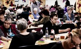 Mange enlige pensionister er i tvivl om, hvor mange gange de må overnatte hos en ven, før der er tale om socialt bedrageri, fortæller Ældre Sagen, som derfor efterlyser klare regler.