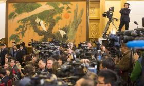 Da det kinesiske kommunist-parti afviklede partikongres, var flere udenlandske medier overraskende venligt stemte for bl.a. Kinas udvikling. Men overraskelsen bestod mest i, at de 'flinke' medier ikke var internationale, men en kinesisk opfindelse til lejligheden.