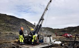 Det kan være et økonomisk risikabelt projekt, hvis Grønland opgiver sin gældende nultolerancepolitik for uranudvinding. Markedet for uran er uforudsigeligt og har de seneste år har været præget af faldende priser. På billedet ses en boring i forbindelse med mineralefterforskningen på Kvanefjeldet ved byen Narsaq i Sydgrønland.