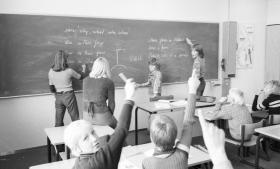 I 1970'erne var fokus på at myndiggøre eleven til at tage aktiv del i samfundet og være med til at forandre det. Demokrati og fællesskab var plusord.