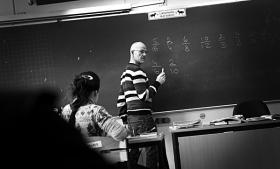 Nyt notat fra centrumvenstre tænketanken Cevea viser, at danske lærere underviser næsten lige så meget som mange udenlandske kolleger. 'Vi diskuterer myter,' mener analysechef, mens professor efterlyser mere valide data