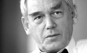 Den tidligere socialdemokratiske energiminister Poul Nielson er skuffet over regeringens fredning af nordsøaftalen. 'Det er for dårligt,' siger han. Tænketank og Enhedslisten støtter kritik. Klimaministeren afviser den