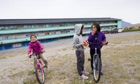 Grønlænderne har tidligere ikke været gode nok til at bevare kontrollen over vitale grønlandske beslutninger, og nogle er bange for, at det er ved at ske igen i byer som Narsaq.