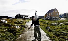 Uligheden mellem byer og landdistrikter samt rig og fattig i Grønland er blandt de største inden for OECD's 34 lande. Det nye nationale Partii Inuit rammer ned i en frustration og har en bred klangbund, fordi der er mennesker ude omkring i landdistrikterne især, der oplever, at de ikke har politisk indflydelse i Grønland. Valget er på tirsdag