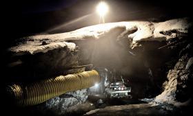 At grundlægge og bygge en mine op fra bunden i et arktisk klima er en kompleks og meget krævende opgave, der kræver store investeringer og særlige kompetencer. Mange investorer har været i venteposition, indtil valget i Grønland og alle teknikaliteter angående udvinding er klarlagt. Her en mine i Sydgrønland