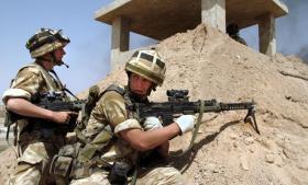 Britiske soldater søger dækning under invasionen af Irak i 2003. I Storbritannien er befolkningen trods talrige høringer om krigsdeltagelsen stadig splittet, og mistanken om, at folket blev vildledt, har resulteret i en udbredt kynisme.