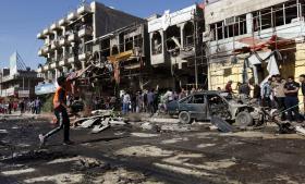 Resultatet af en af tirsdagens bomber i Bagdad – på 10 årsdagen for de vestlige magters invasion, som ødelagde dele af Mashtal-kvarteret. Den var blot én i en serie koordinerede bilbomber, der eksploderede og dræbte mindst 25 personer i shia-dominerede kvarterer. Ingen har taget ansvaret, og bomber og drab hører stadig til dagligdagen.