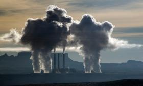 Kul dominerer fortsat væksten i elproduktion. Den har i mere end et årti langt oversteget væksten i elproduktion fra ikke-fossile energikilder og er steget med seks procent i løbet af blot de to seneste år, skriver Det Internationale Energiagentur.