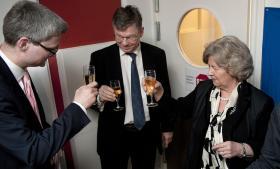 Afgående integrationsminister Birthe Rønn Hornbech skåler med sin afløser, Søren Pind (t.v.), og departementschef Claes Nilas ved overdragelsen af ministeriet i marts 2011.