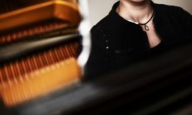 'Musikterapien har en positiv effekt på forælderens og barnets kommunikation og på forælderens evne til at aflæse barnets følelser. Det kan samtidig synliggøre forælderens stressniveau – om han eller hun bliver stresset over barnet,' siger musikterapeut Stine Lindahl Jacobsen, der har skrevet ph.d.-afhandling om musikterapi.