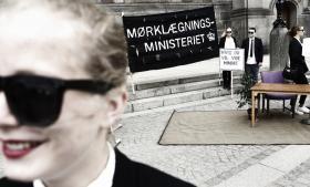 Efter fire timers afsluttende debat i folketingssalen blev den nye offentlighedslov i går vedtaget. Uden for Christiansborg blev der demonstreret mod loven.