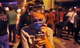 Det var på Twitter og Facebook, at de første videoer af politiets voldelige rydning af Gezi Park klokken fem om morgenen fredag tyrkisk tid blev spredt, og det var her, vreden blev dokumenteret, akkumuleret og spredt til hele den unge republik. Det er på Twitter og Facebook, der i disse dage organiseres, og det er her, at en anden fortælling om Tyrkiet lever. Foto: Ozan Kose