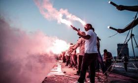 Hverken de ultranationalistiske stormtropper 'de grå ulve' eller kurdiske aktivister har blandet sig i de tyrkiske demonstrationer, som primært består af miljøaktivister, unge tyrkere og fodboldfans. At de to normalt fjendtlige oppositionsgrupper holder sig væk fra uroen, skyldes, at de af hver deres grunde afventer udfaldet af fredsforhandlingerne mellem regeringen og det kurdiske parti PKK. Billedet viser fodbold-tilhængernes støtte til demonstranterne ved en parade i Istanbul i weekenden. Foto: Michael Bunel