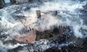 Det var et chok for mange tyrkere, at protesterne blev så voldsomme på Taksim-pladsen. Men der foregår en mere lydløs informationskrig på de sociale medier, der ligger et kommentarspor til nattens og dagens begivenheder. Erdoans konservative støtter fører en kamp, der er lige så lydløs, som gadens demonstrationer er højlydte.
