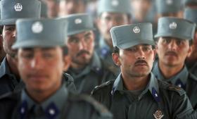 Uddannelsen af nye politifolk er et centralt element i etableringen af en retsstat i Afghanistan. Men den fond, der udbetaler løn til politistyrken, lever ikke lige frem op til retsstatsprincipper. Foto: Scanpix