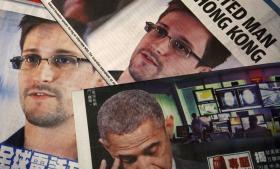 Flugt. Efter at have lækket de følsomme dokumenter flygtede den tidligere efterretningsmedarbejder Edward Snowden til Hongkong. Afsløringerne bekymrer den amerikanske regering og præsident Obama, som siger, de vil gøre det nødvendige for at bringe ham for retten.