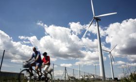 Forståelse og umiddelbar velvillighed er til stede, når danskerne diskuterer grøn omstilling og vedvarende energi på årets Folkemøde. Men når realiteterne kommer nærmere, og vindmøllen skal stå i egen baghave, ja så står de fleste af. Er folket en hindring for grøn vækst?, lød spørgsmålet derfor til en debat i vindmøllesektoren.
