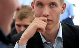 Klimaforandringerne indtager en fremtrædende plads på Folkemødet, men ifølge Rasmus Brygger, formanden for Liberal Alliances Ungdom, bør vi forholde os pragmatisk til problemet. »Der er tungtvejende grunde til at holde igen, da vi ikke har teknologien til at løse noget som helst i dag,« siger Brygger og efterlyser is i maven