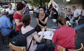 Der kommer hele tiden nye mennesker til teltet på Kottbusser Tor. Mange slår sig ned, får en bid brød, drikker en kop te og vender deres frustration over situationen i Tyrkiet. Efter fyraften kommer flere hundrede til.