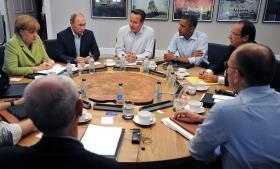 Storbritanniens premierminister, David Cameron (midt for), ses her ved G8-mødet, som netop nu afholdes i Belfast. Storbritannien har fået et forklaringsproblem på grund af aflytninger ved G20-mødet i London i 2009. Foto: POOL/Scanpix