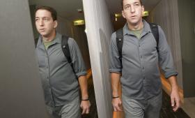 Greenwald på vej ud af hotellet, hvor han interviewede whistlebloweren Edward Snowden. Foto: Reuters/Scanpix