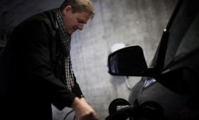 'Jeg tror, vi står på randen af noget stort,'  siger Steen Frederiksen, der er formand for Forenede Danske Elbilister. Foreningen forsøger at hjælpe de elbilister, der er ramt af Better Places konkurs.