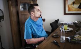 Presset til kriminalitet. Den 53-årige sclerosepatient Finn fra Odense finder bedre og længerevarende lindring mod sine spasmer i en rygeklump hash end i den tilladte cannabis-medicin, han kan få i en sprayflaske. På grund af sin sygdom har Finn ikke selv kræfter til at købe hash, men må i stedet bede en kammerat om at begå ulovligheder.