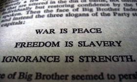 Partiet vil magten for magtens skyld, og jo stærkere det er, jo mindre tolerant bliver det, dets mål er den totale magt over individernes tanker og følelser i Orwells 1984. Foto: Wikimedia