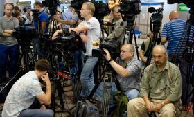 Mediefolk stimlede sammen i Sjeremetyevo-lufthavnen vest for Moskva den 12. juli, da den tidligere efterretningsansatte og whistleblower Edward Snowden viste sig for en begrænset offentlighed. Efter 25 dage i lufthavnen har han søgt midlertidig asyl i Rusland, hvilket både giver landet en pr-triumf og en storpolitisk hovedpine.