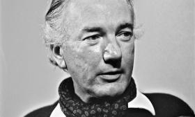 Thomas Bernhard (billedet) portrætterede i 'Træfældning' personer fra sin egen ungdoms omgangskreds, heriblandt forfatteren og komponisten Gerhard Lampersberg (i bogen Auersberger), der efterfølgende sørgede for, at bogen blev beslaglagt.