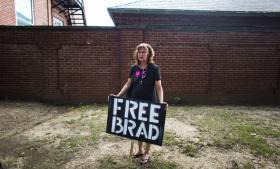 Whisteblowere som Bradley Manning er fascinerende figurer, og deres personlige historie kan øge interessen for substansen i det, de lækker. Men det modsatte kan også være tilfældet – at medierne interesserer sig mere for personen end for sagen. Her en af Mannings tilhængere ved en demonstration i Washington D.C.